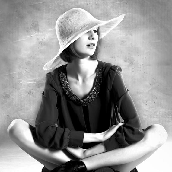 Dziewczyna w kapeluszu - portret studyjny